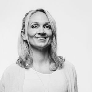 Maria Lundström katsoo kohti ja hymyilee.