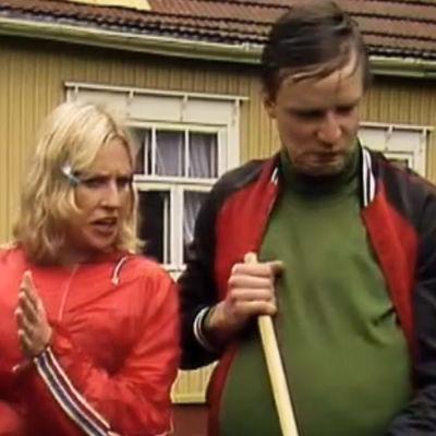 Fakta homman Pirre neuvoo pihaa haravoivaa Aulista.