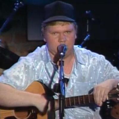 Sepi Kumpulainen esiintyy kitaroineen Tapsan tahdit -tapahtumassa 1992.