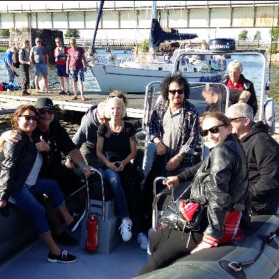 Rockbandet Toto och några roudare i en båt.