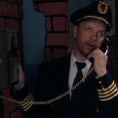 Lentäjä soittaa vaimolleen.