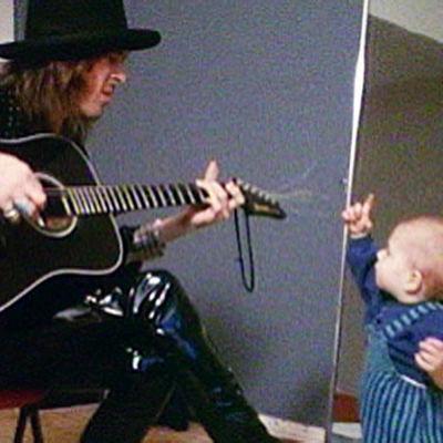 Andy McCoy poikansa Sebastianin kanssa.