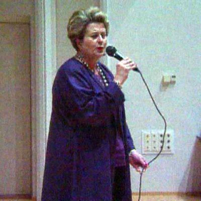Riitta Uosukainen laulaa karaokea.