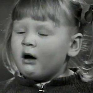 Pauliina Pohjanheimo aivastaa (1970).
