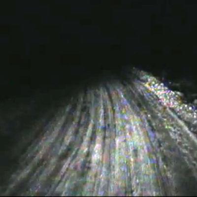 Pimeä maantie auton valoissa ohjelmassa Huhu.