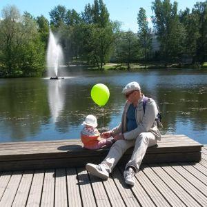 Ari Numminen lapsenlapsensa kanssa Tampereen Sorsapuistossa.