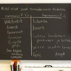 Taulu, johon oppilaat ovat kirjoittaneet mikä suomalaisessa koulussa on paremmin ja mikä huonommin kuin oman maan koulussa.