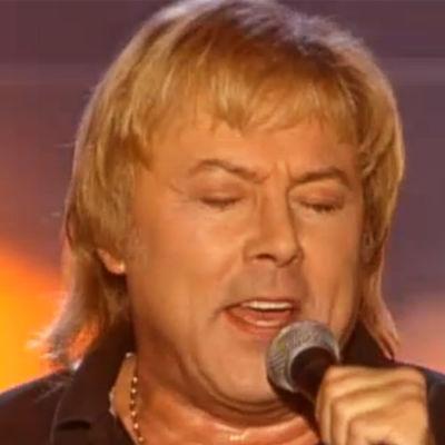 Danny esiintyy Ikaalisten kylpylässä Huvin vuoksi -ohjelmassa.