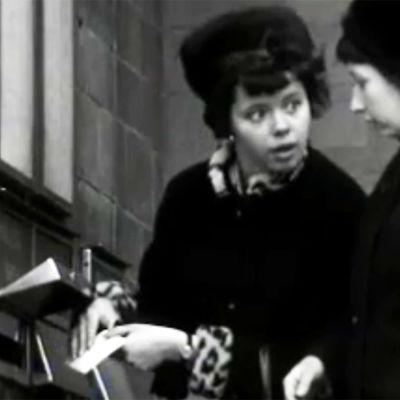 Naisasiakkaat ihmettelevät postilaatikkoa Tuulimylly-ohjelman piilokamerapilassa.