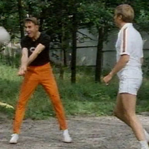 Mauno Koivisto pelaa lentopalloa