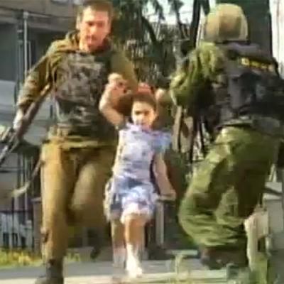 Sotilas pelastaa tytön kaapatusta koulusta (2004).