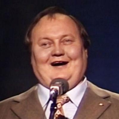 Reijo Frank esiintyy Nummelan työväentalolla.