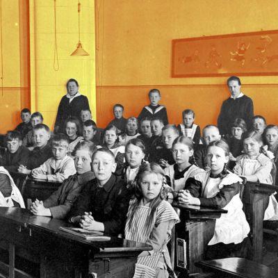 Koululaisia vuonna 1921. Oppilaat istuvat pulpeteissaan