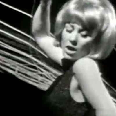 Laila Kinnunen eläytyy Goldfinger-kappaleeseen.