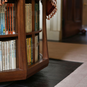 Bokbord med Agatha Christies pocketböcker i Greenway.