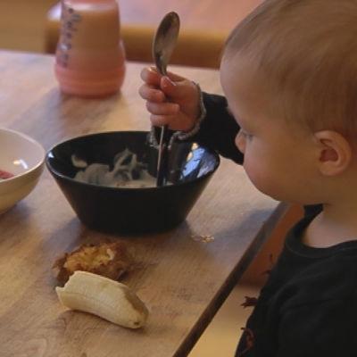 Pojke äter mellanmål