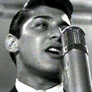 Paul Anka laulaa.