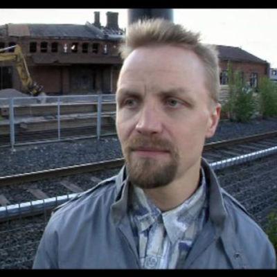 Näyttelijä Jani Volanen Ihmebantu-sarjan sketsissä.