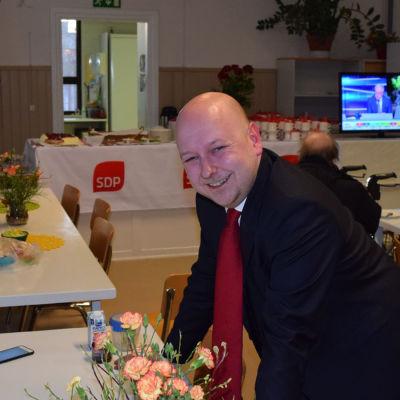 Riksdagsvalet 2019: Joona Räsänen (SDP) tillsammans med stödtrupper på sin valvaka i Lojo.