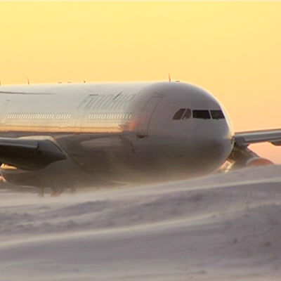 Finnairs flygplan i snö, på Helsingfors-Vanda flygplats. Arkivbild.