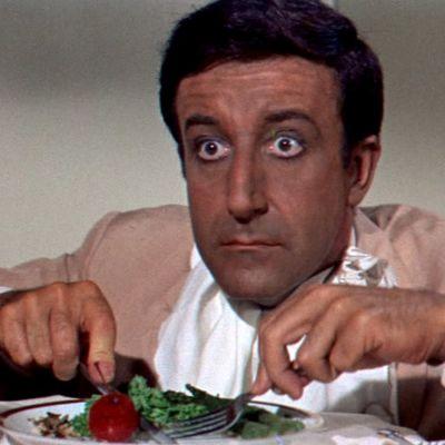 Hrundi V. Bakshi (Peter Sellers) hämmästelee lentävää ruokaansa elokuvassa Pahuksenmoiset pirskeet