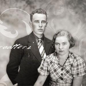 Deittigeneraattori teksti ja mustavalkoinen kuva nuoresta parista 1930-luvulta sisävaatteissa.