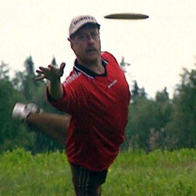Mies heittää Oulussa, 2002
