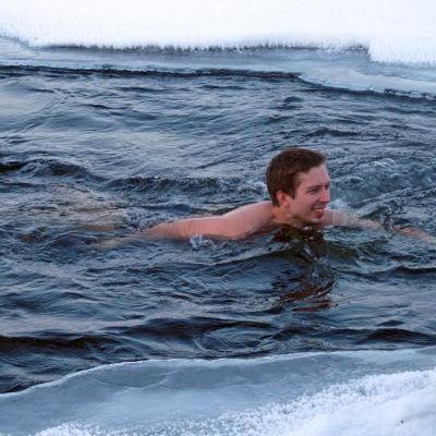 Mies ui avannossa