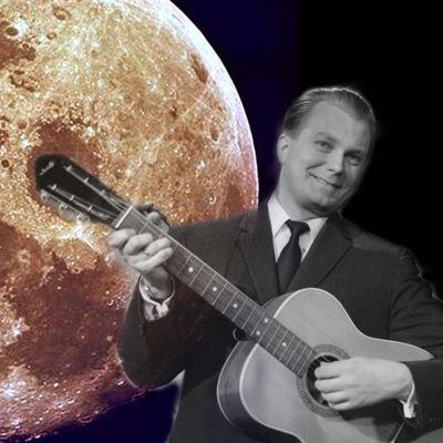 Sauvo Puhtila soittaa kitaraa, taustalla täysikuu.