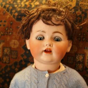 En docka på soffan.