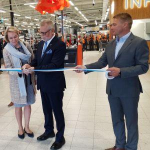 Rovaniemen väistyvä kaupunginjohtaja Esko Lotvonen ja nykyinen kaupunginjohtaja Ulla-Kirsikka Vainio leikkaavat nauhan Minimanin avajaisissa.