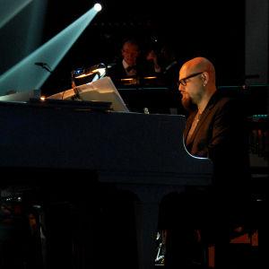 mies soittaa pianoa