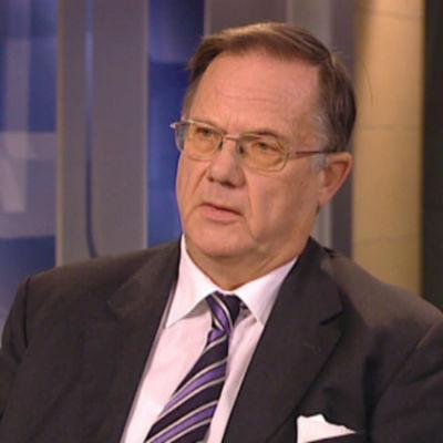 Tidigare riksförlikningsman Juhnai Salonius sitter tillbakalutad i en tv-studio.