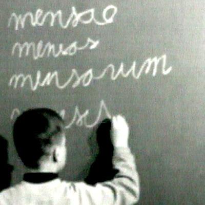 Norssin oppilas kirjoittaa liidulla mensa-sanan taivutuksen (1967).
