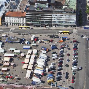 Flygbild över Salutorget i Åbo en livlig torgdag.