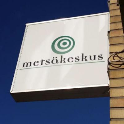 Skylt med texten Metsäkeskus på Skogscentralens byggnad.