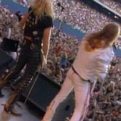 Kuvakaappaus Guns N' Rosesin musiikkivideolta Paradise City.
