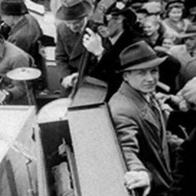 Ihmisiä rauhanjuhlassa Helsingin Rautatientorilla 1945.
