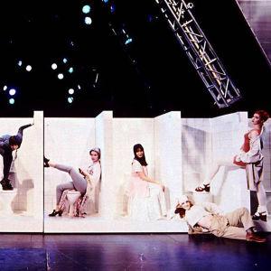 Bild av toalettscenen i musikalen Hype på Svenska Teatern.
