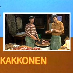 Jaakko Kolmonen ja lihamestari Matti Elomaa paloittelevat hirven ruhon Riistakakkosessa 1982.