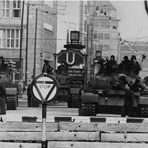 Neuvostoliiton tankkeja Checkpoint Charlien luona Berliinissä lokakuussa 1961.