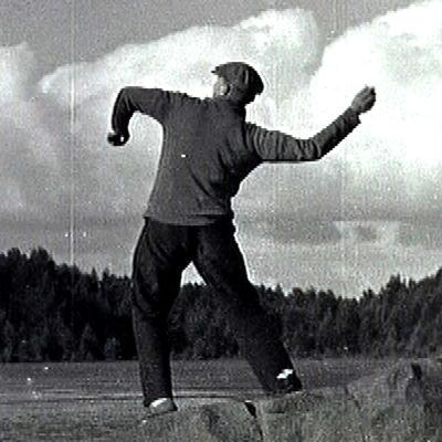Heikki Aho heittää kiven veteen (1930-luku).