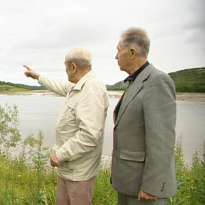 Miehet katselevat maisemia.