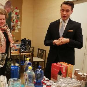 Riksdagsvalet 2019: Henrik Wickström tillsammans med stödtrupper på sin valvaka i Ingå.