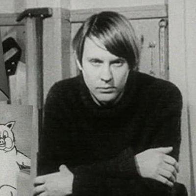 Undergroundtaiteilija Harro Koskinen teostensa keskellä.