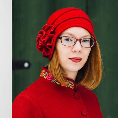 En svartvit bild på Michaela von Kugelgen och en färgbild på Maria Turtschaninoff. Michaela har på sig en spräcklig jacka och Maria har på sig en röd jacka och en röd hatt.