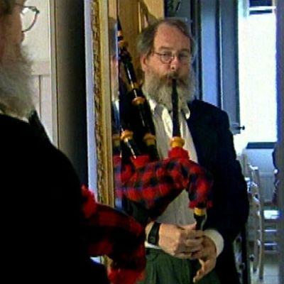 Antero Perttunen arvelee innostuneensa säkkipillin soittamisesta kuultuaan Suomeen matkaavan laivan sumusireenin ulvovan. Jyväskylään kotiutunut Perttunen löysi itselleen ammatin ja musisointimahd