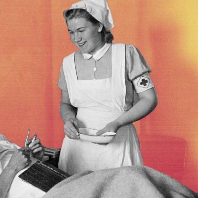 Sjuksköterska besöker en patient på Röda korsets invalidsjukhus.