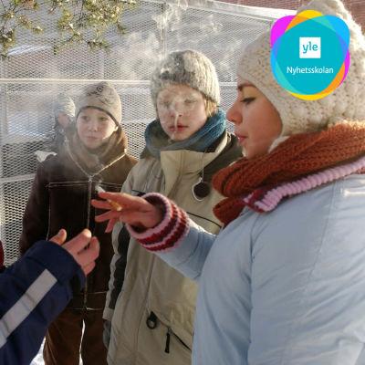 Unga röker i en ring i serien Nollatoleranssi. Pojken räcker en tobak till flickan.