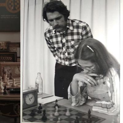 Tvådelad bild. På ena sidan en ung kvinna som tittar på ett schackbräde. På andra sidan en svartvit bild av en ung kvinna som spelar schack. En man står bakom henne och tittar på.